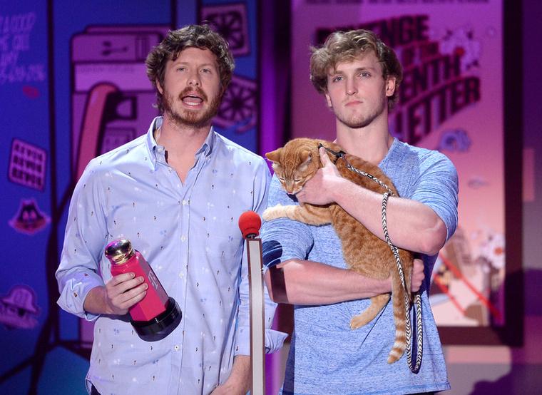 Anders Holm és Logan Paul komikusok egy cica társaságában adták át a legjobb szakításért járó díjat a Gone Girl című film stábjának