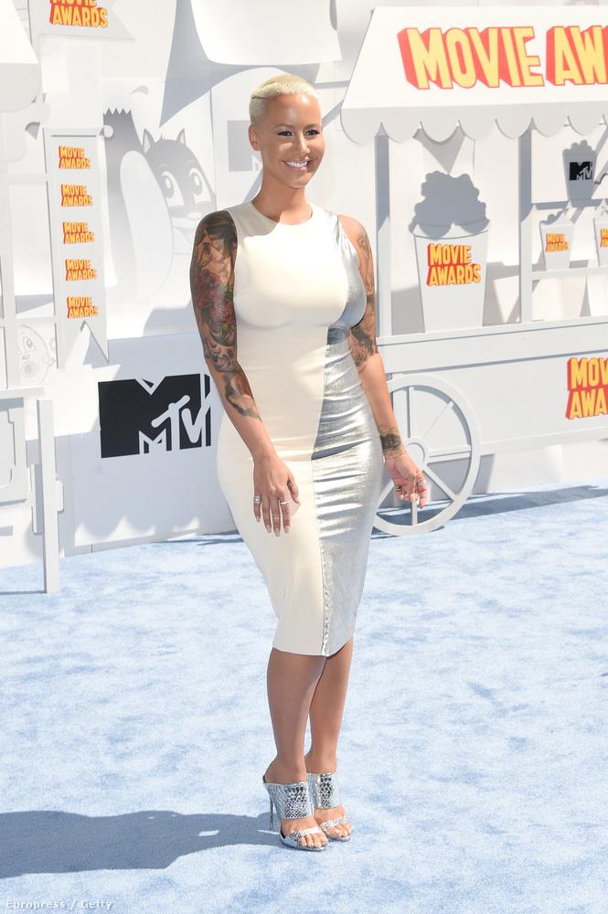 Amber Rose modell is tiszteletét tette a rendezvényen, meglepve tapasztaltuk, hogy meztelenül sokkal jobban néz ki, mint ruhában.