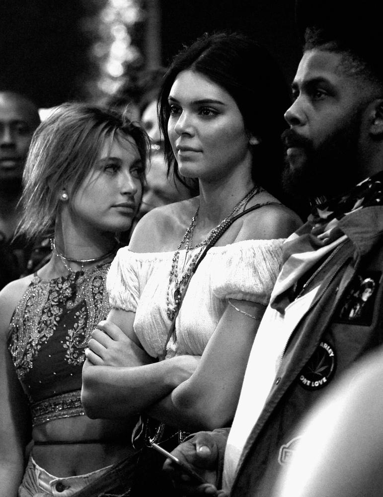 Amikor viszont nem együtt bulikáztak, Jenner vagy bénán táncolt vagy ölbe tett kézzel, flegmán állt