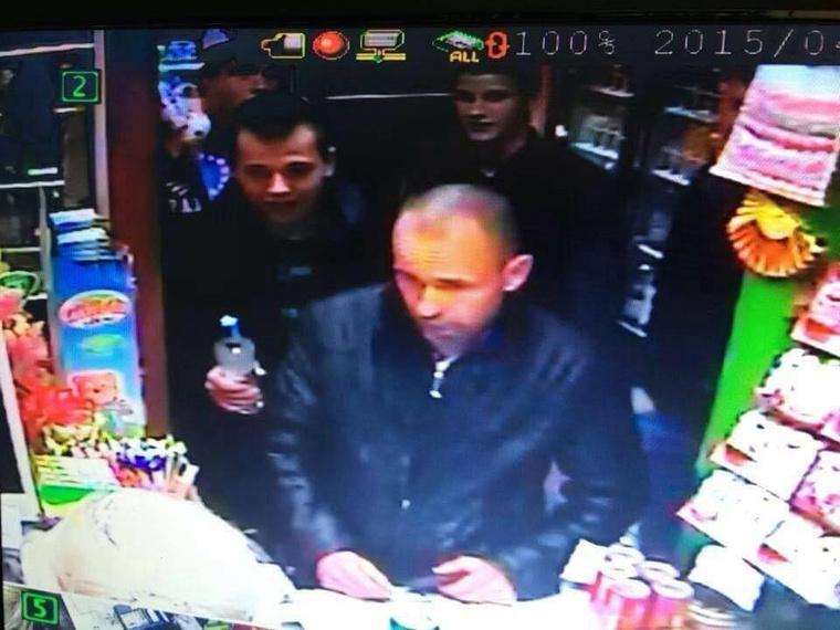 A dohányboltban készült kép: középen az ukrán férfi, balra az üveggel a kezében Rinyu Patrik