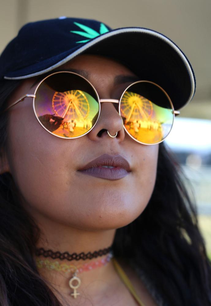 A kerek napszemüveg és az orrpiercing kötelező elemnek tűnt