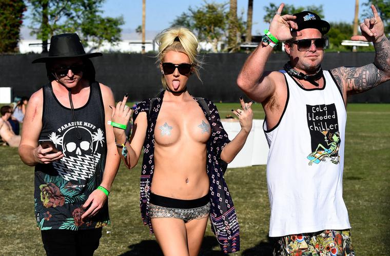 Jól nézze meg a következő képeket, mert a Soundon is hasonló lesz az idei trend! A Coachella eszméletlen hippi lett, ahol a virágkoszorúk és orrkarikák vették át az uralmat egy-egy bimbótapasszal karöltve