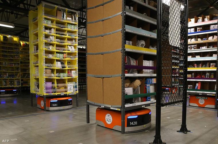 Kiva robotok mozgatják az áruval felpakolt polcokat az Amazon egyik központjában, a kaliforniai Tracyben.