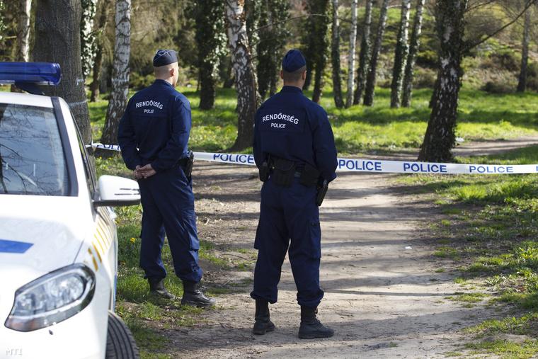 Rendőrök a gyilkosság helyszínén