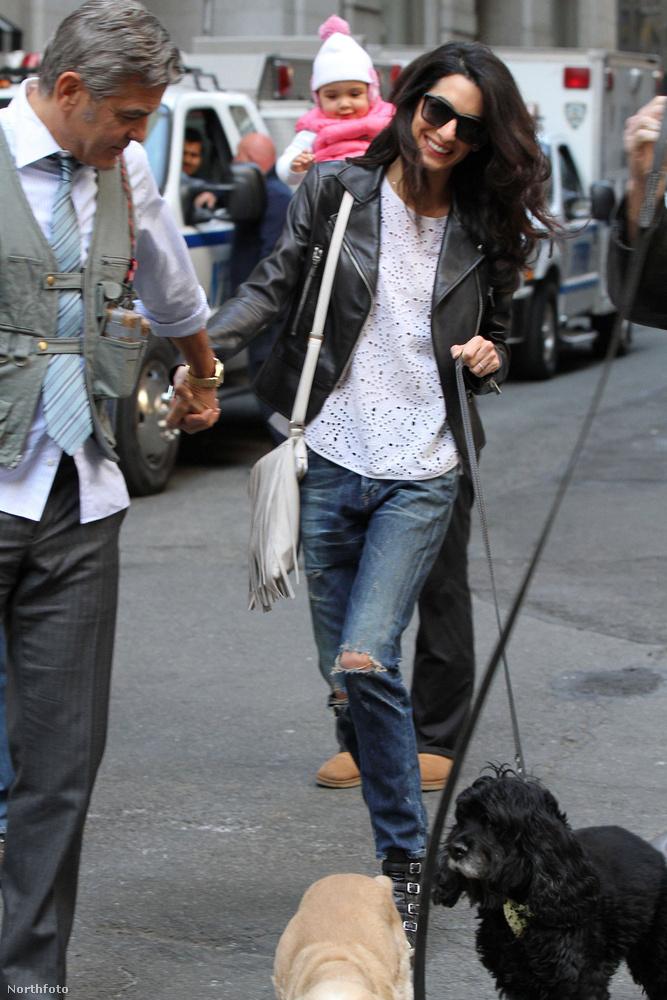 Hozott magával kutyákat is.
