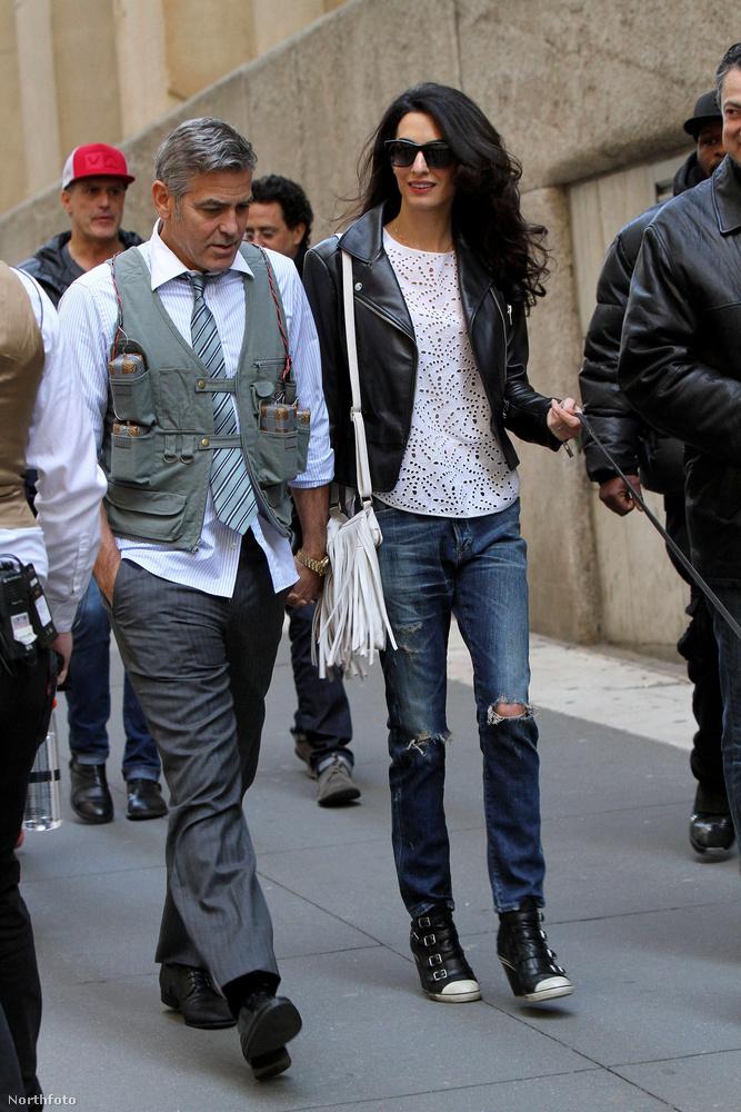 Amal Clooney nem egyedül érkezett a forgatásra.