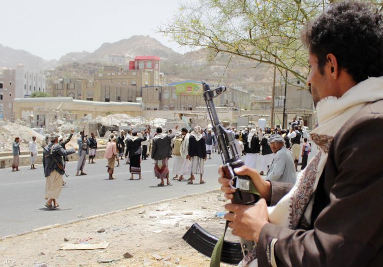 Síita húszi fegyveresek egy tüntetésen Jemen második legnagyobb városában, Taízban.