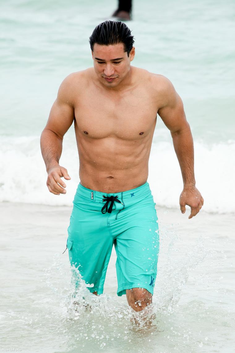 Mario Lopez jön ki az óceánból