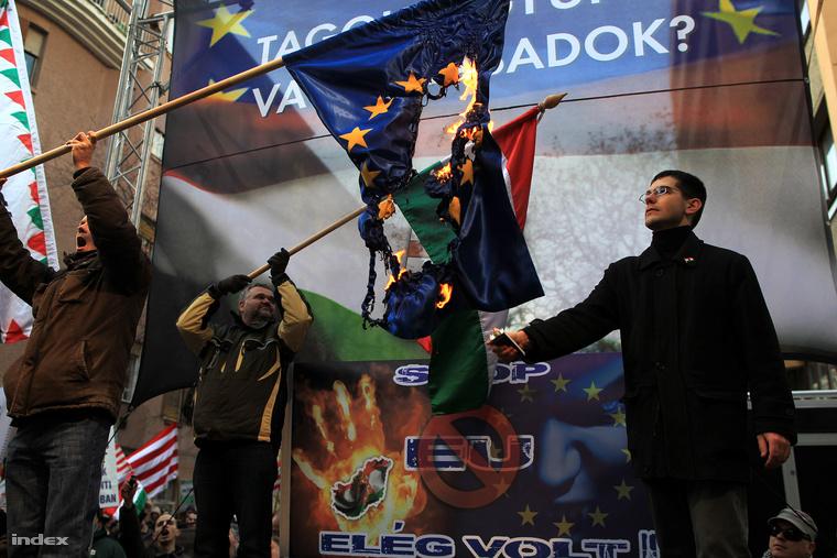 Novák Előd EU-s zászlót éget egy 2012-es jobbikos demonstráción