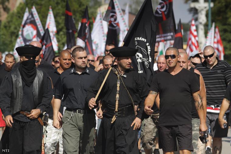 Demonstrálók vonulnak fel az Élni és élni hagyni - demonstráció a jogos magyar önvédelemért elnevezésű megmozduláson a Jobbik és több radikális szervezet részvételével (Devecser, 2012. augusztus 5.)