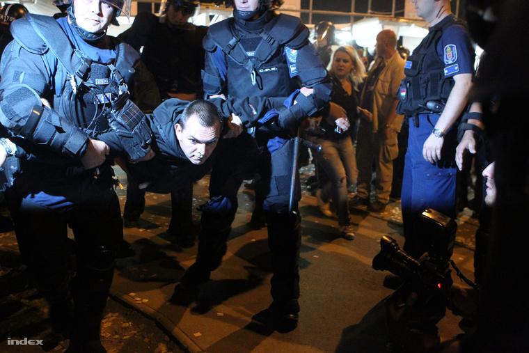 Zagyva György Gyulát rendőrök vezetik el a Sziget fesztivál bejárata előtt, 2011-ben, amikor még a Jobbik országgyűlési képviselője és a HVIM tiszteletbeli elnöke volt.