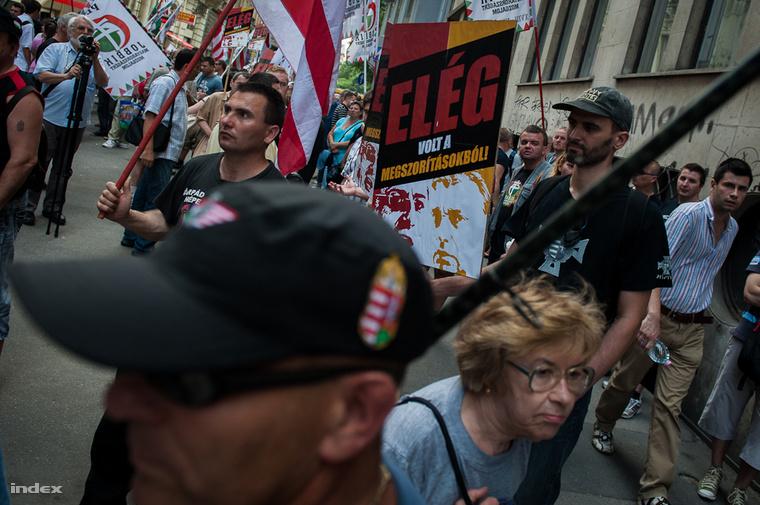 Jobbikos demonstráció 2012-ben az MSZP székháza előtt, ahonnan a Fidesz székházához vonultak a tüntetők.