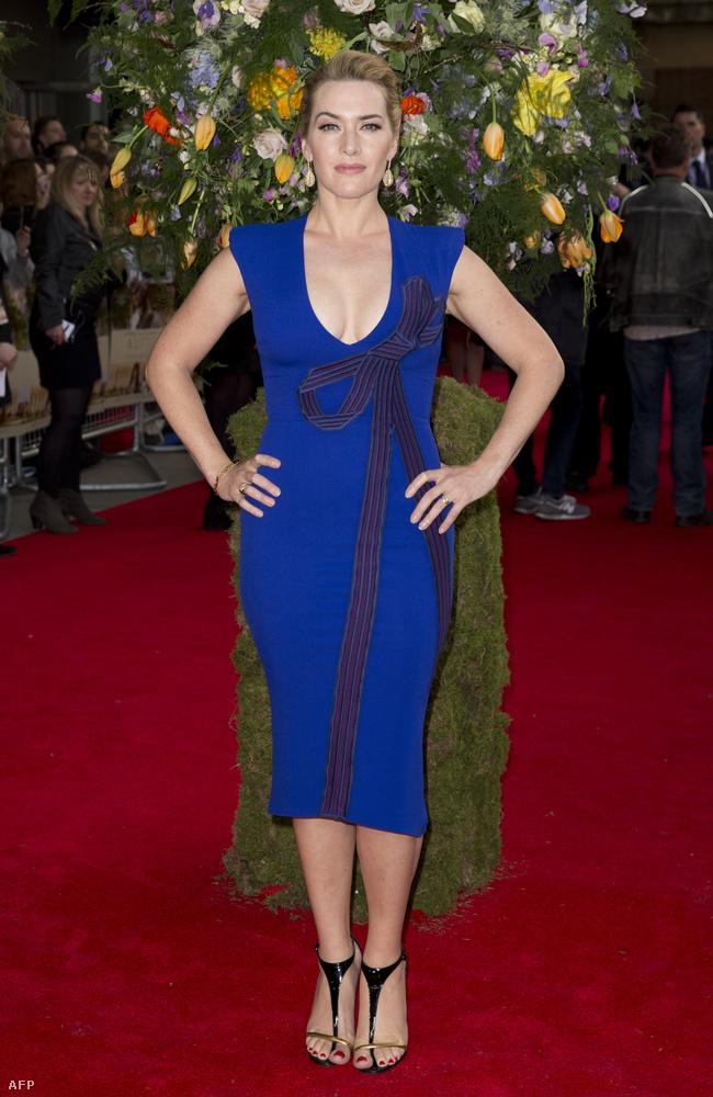 A színésznő legújabb filmje, A Little Chaos szigetországi bemutatóján pózolt, de a vörös szőnyegen nem csak csodálatos kék színű ruhájával keltett feltűnést.