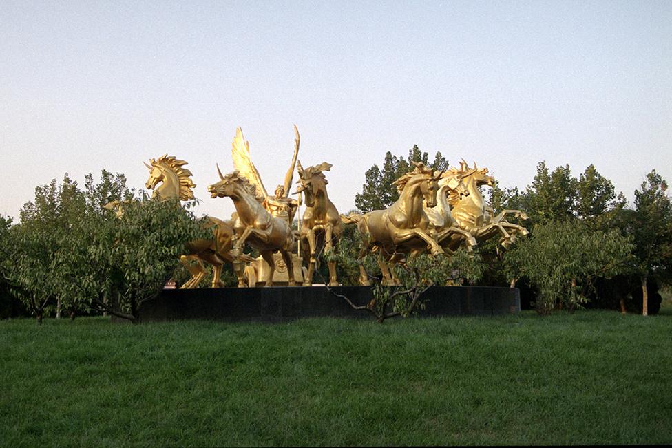 Jing Jin City őrzői ezek az arany lószobrok, amelyeket műanyag levelek ölelnek körül. Ez fogadja a látogatót a város bejáratánál.