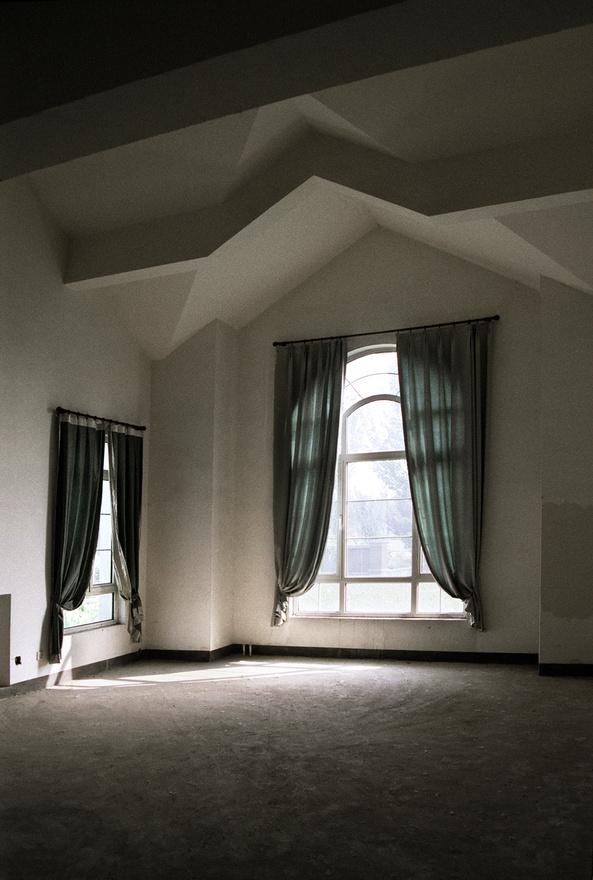 De belül azt láthatjuk, hogy a színes függönyök mögött nem lakik senki, a ház teljesen üres.