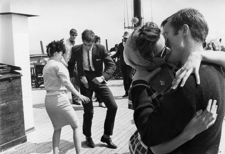 Ez még nem egy modern értelemben vett fesztivál volt, de egy brit hajón 1962
