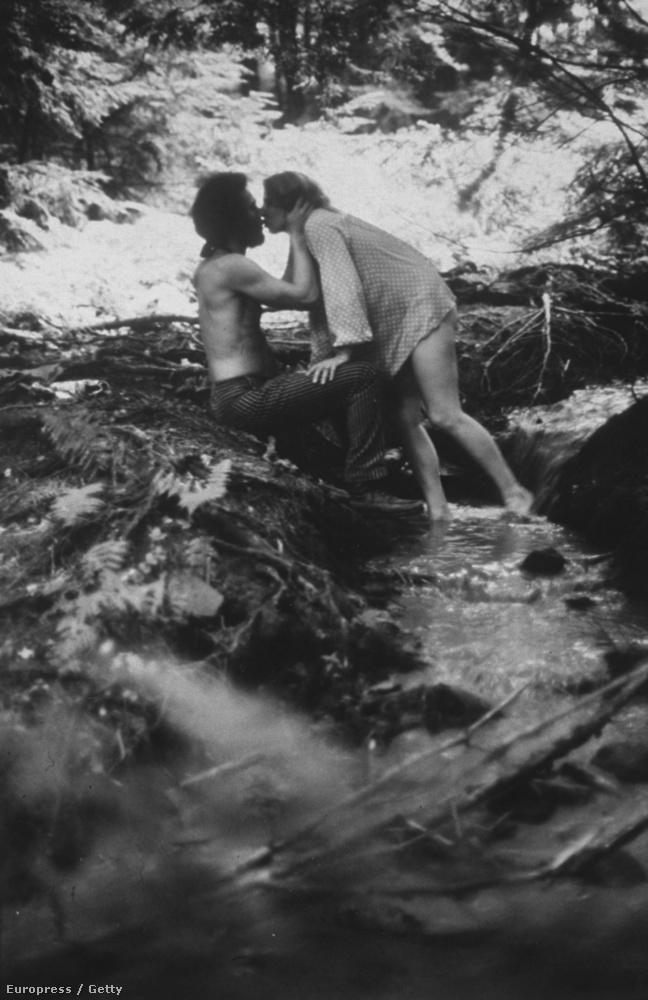Itt a tavasz, jön a nyár, nemsokára lehet menni fesztiválozni! Ebben az összeállításban az első Woodstocktól (illetve még előbbtől) kezdve láthat csókolózó fesztiválozókat, hurrá! (Igen, ez a kép az eredeti, 1969-es Woodstockon készült)