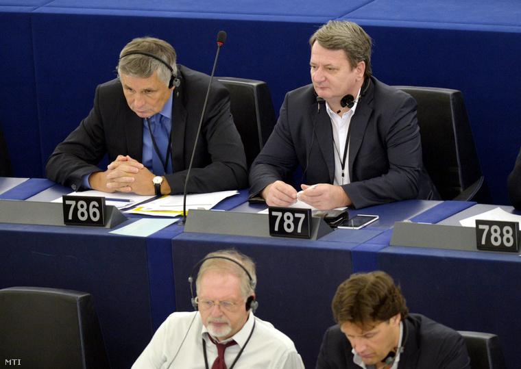 Balczó Zoltán (fent b) és Kovács Béla (fent j) a Jobbik EP-képviselői az Európai Parlament (EP) ülésén Strasbourgban 2014. július 16-án.