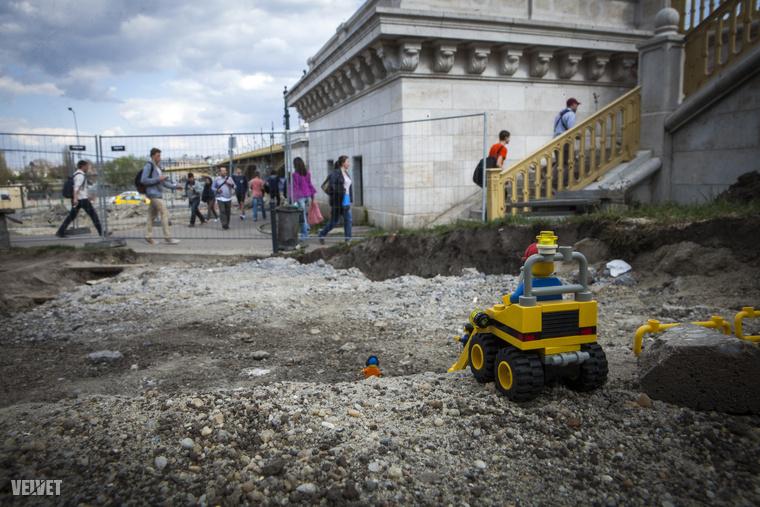 A Margit híd környéki fonódó villamosos munkaterületre is felvonultak a Lego-kisemberek.