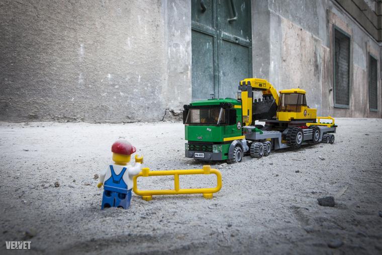 Hatalmas kamionok hozták-vitték a nehéz gépeket.