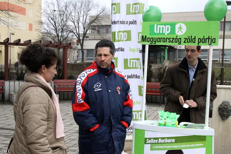 Schiffer András, a Lehet Más a Politika társelnöke és Sallee Barbara a 2015. április 12-i időközi országgyűlési választás LMP-s jelöltje a párt köztéri fogadóóráján Tapolcán, 2015. március 14-én