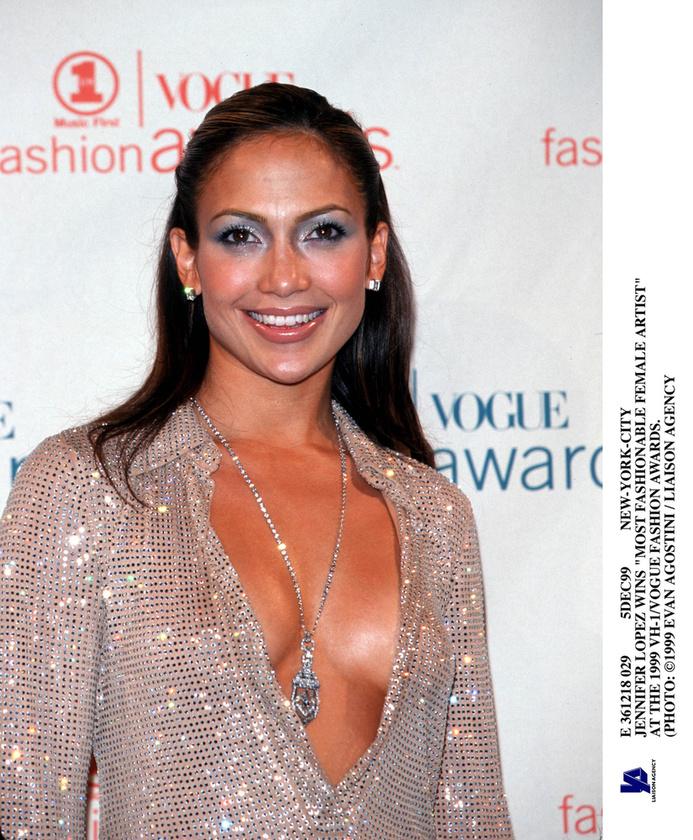 Jennifer Lopez most is szereti kipakolni a melleit, csak egy picit kulturáltabban