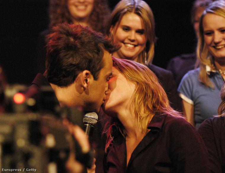 Valószínűleg az a lány is örömködött egy sort, akinek a torkán Robbie Williams dugta le a nyelvét