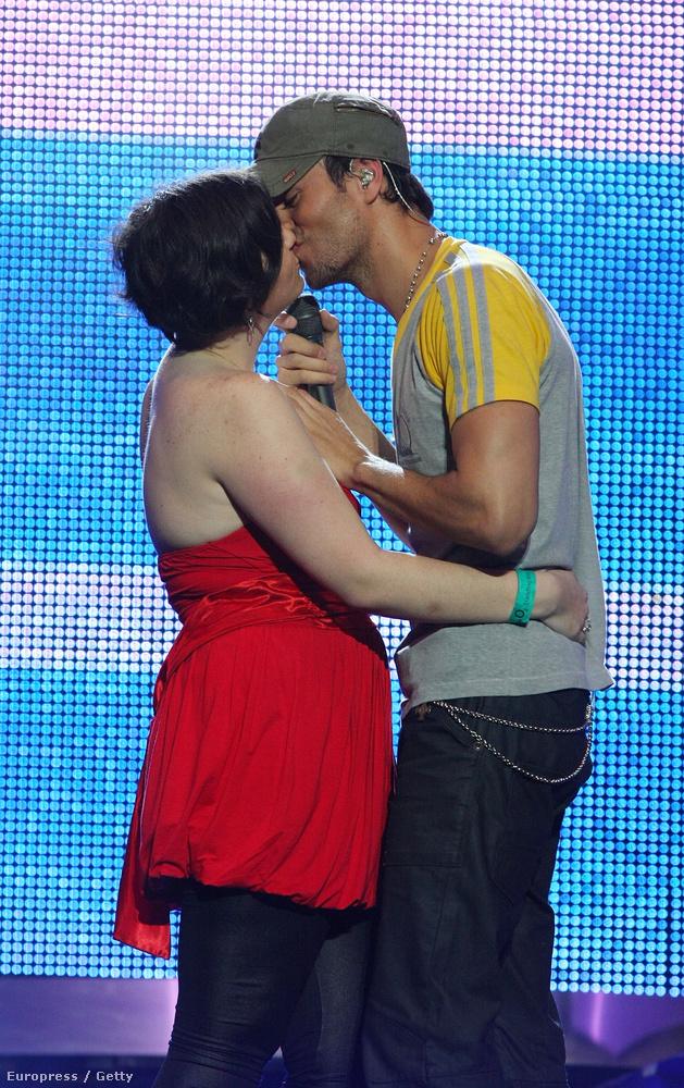 Legalább ennyire örülhetett az a lány is, akit színpadon smárolt le mindenki előtt Enrique Iglesias