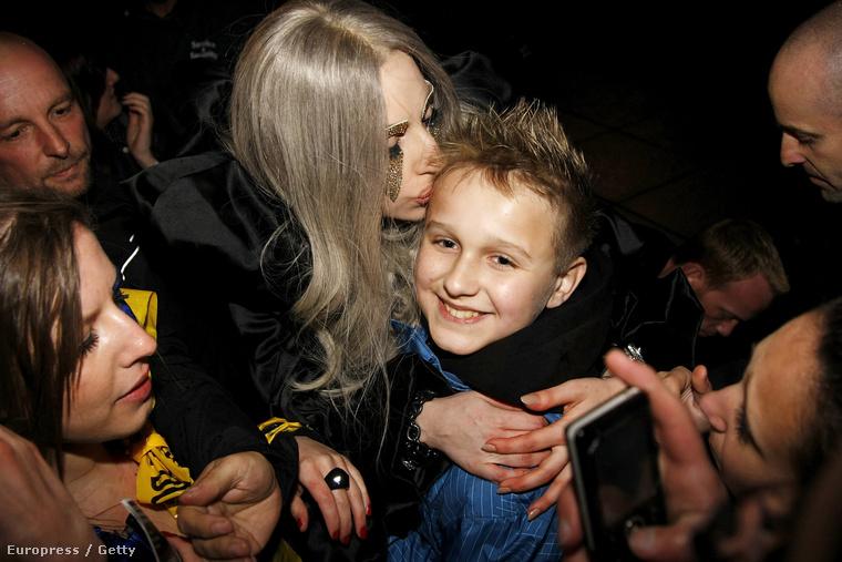 De nem csak Carey szeret gyerekeket puszilgatni, hanem Lady Gaga is