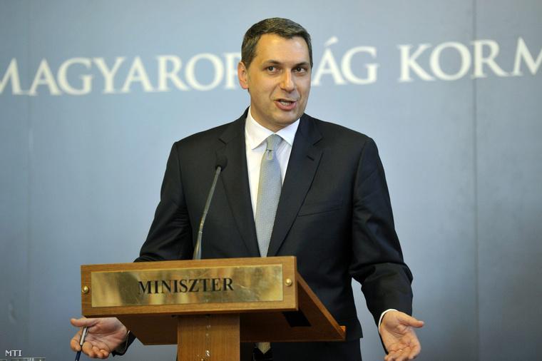 Lázár János a Miniszterelnökséget vezető miniszter sajtótájékoztatót tart az Országházban 2015. április 16-án.