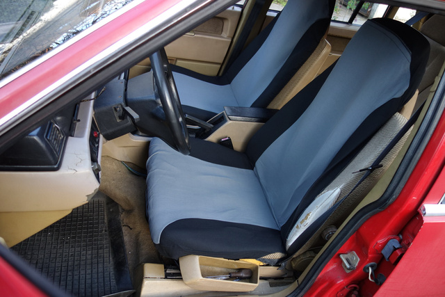 Fent az üléshuzatok, bár a Volvo háttámlája kicsit széles nekik