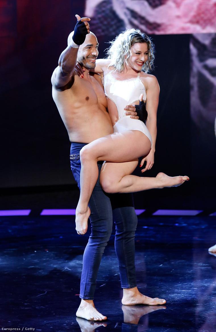 Amaurys Pérez egy szőke modell és még két versenyző segítségével kipróbálja, milyen az akrobaták élete