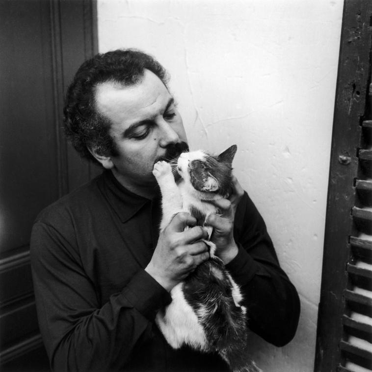 A francia énekes-dalszerző, Georges Brassens macskája vagy nagyon szereti a gazdáját, vagy épp csúnya megtorlásra készül.