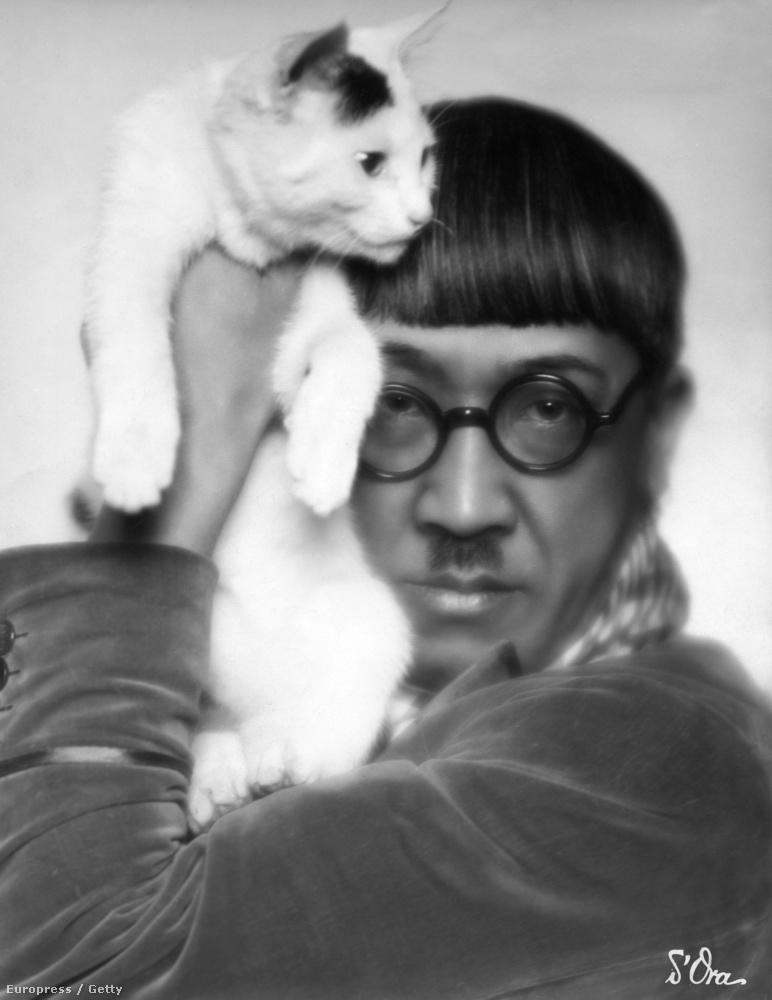 Tsuguharu Foujita japán származású francia festő és grafikus gyakran ábrázolt macskákat művein, így ez a példány engedélyezte a közös fotót.