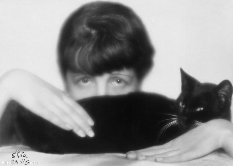 Ez a gyönyörű fekete hölgy Dora Kallmust, művésznevén Madama D'Ora divat és portréfotóst választotta hátteréül