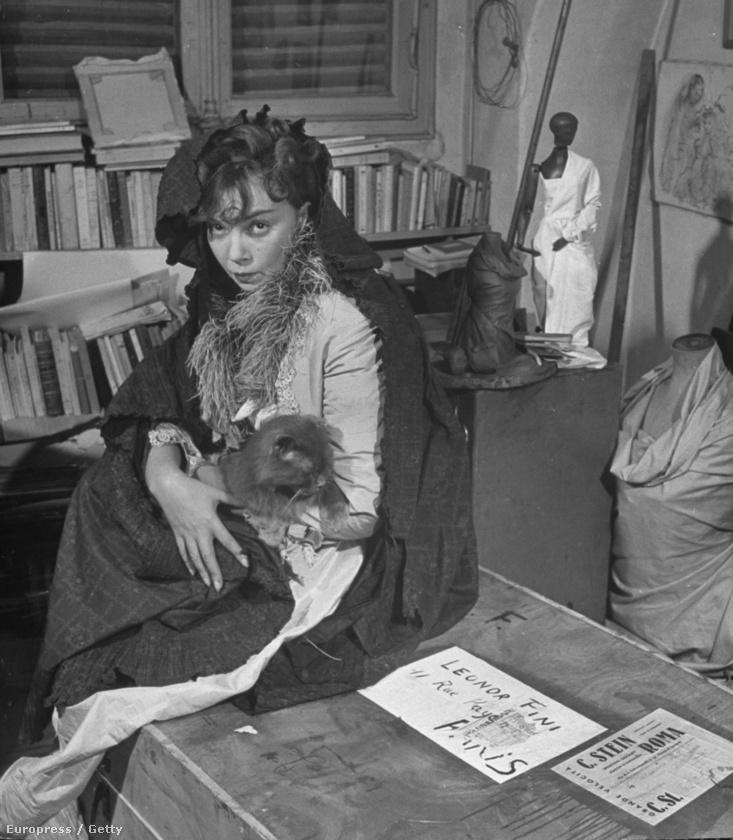 Leonor Fini, az argentin szürrealista festő tökéletes kellék a főszereplő alatt.