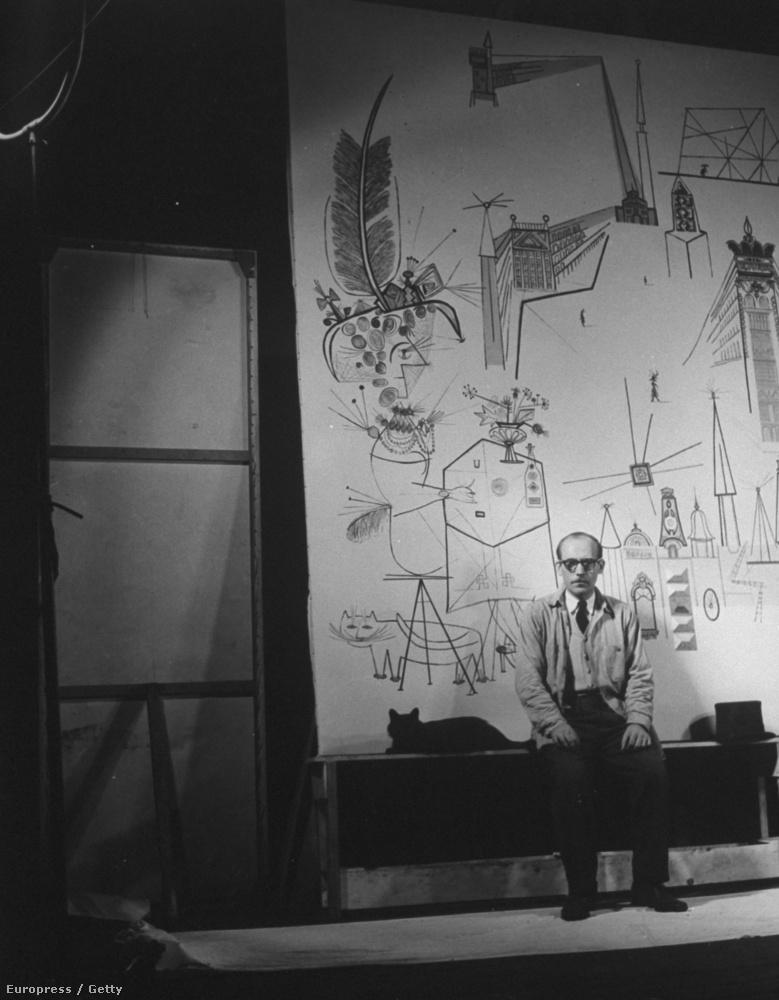 Saul Steinberg román származású karikaturista és illusztrátor helyet kaphatott azon a képen, amelyen a fotós macskája, Blackie épp egyik alkotása előtt pózol.