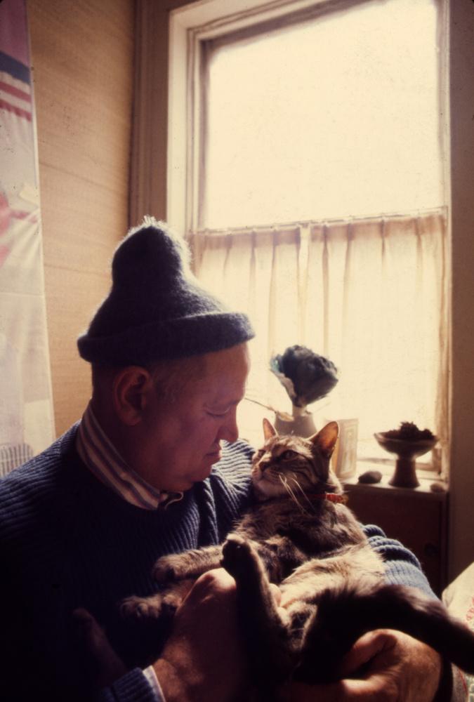 Így árad a szeretet ha Romare Bearden is jelen van tökéletes macskája fotózásán.
