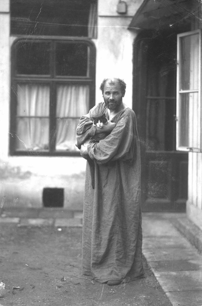 Ez a zseni kissé enerváltan pózol, de legalább Gustav Klimt lelkes.