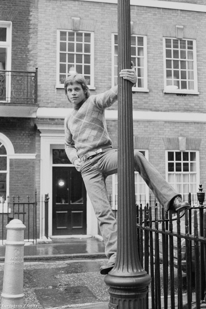 Természetesen Londonban készült a kép Mark Hamillről, ahogy egy lámpaoszlopon menőzik