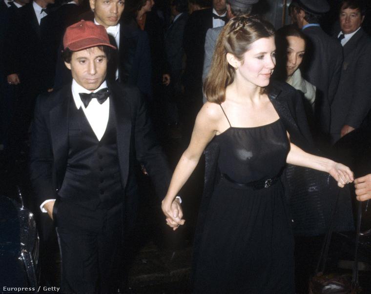 Paul Simon és Carrie Fisher Londonban jelent meg így, a bulvármagazinoknak már akkor is volt min csámcsogniuk: Leia hercegnő nem hagyott semmit a képzeletre.