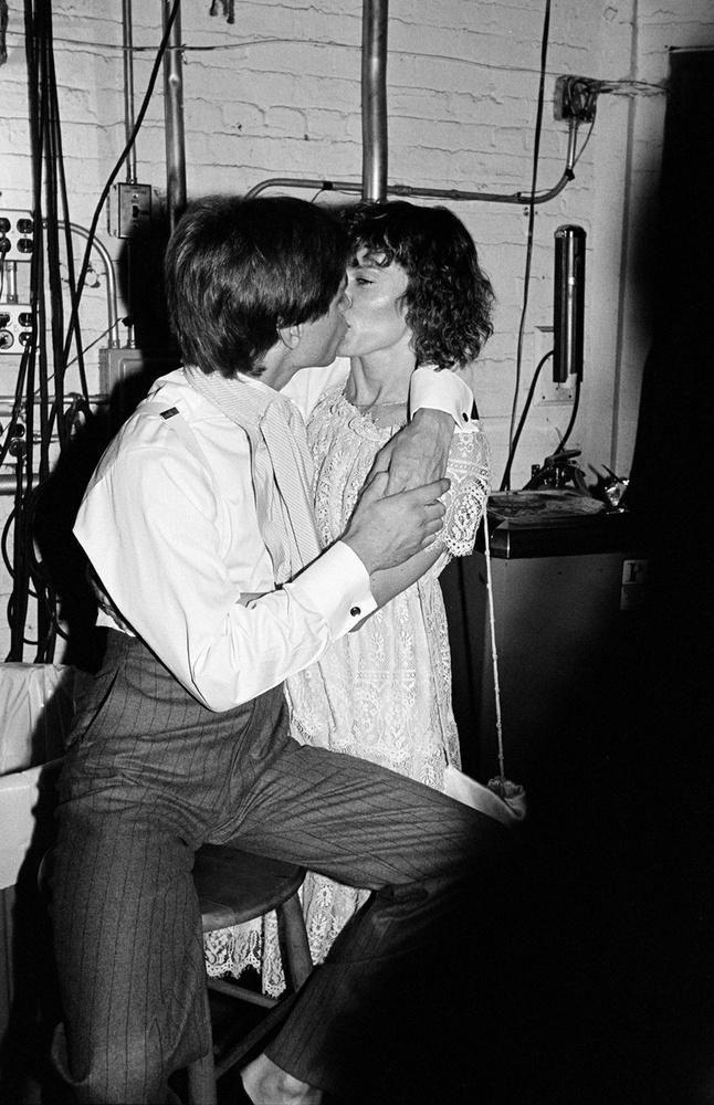 Mark Hamill Marilou Yorkkal csókolózik, 1981-ben