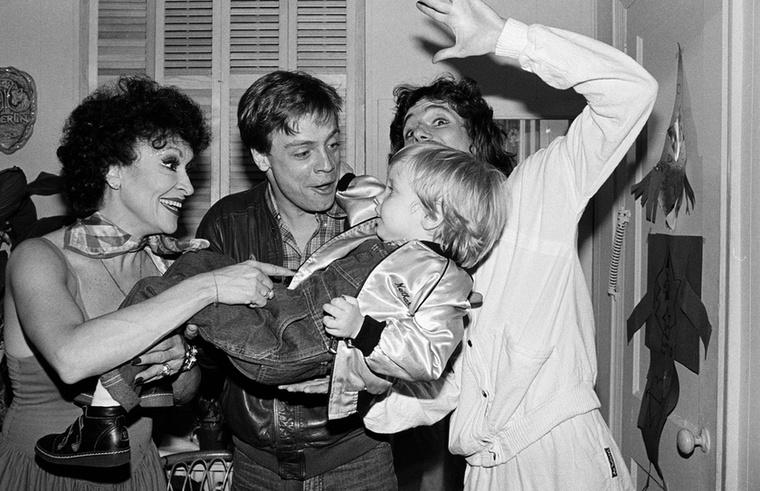 Mark Hamill a fiával cukiskodik, az 1983-as fotón Chita Rivera és Doug Henning láthatók.