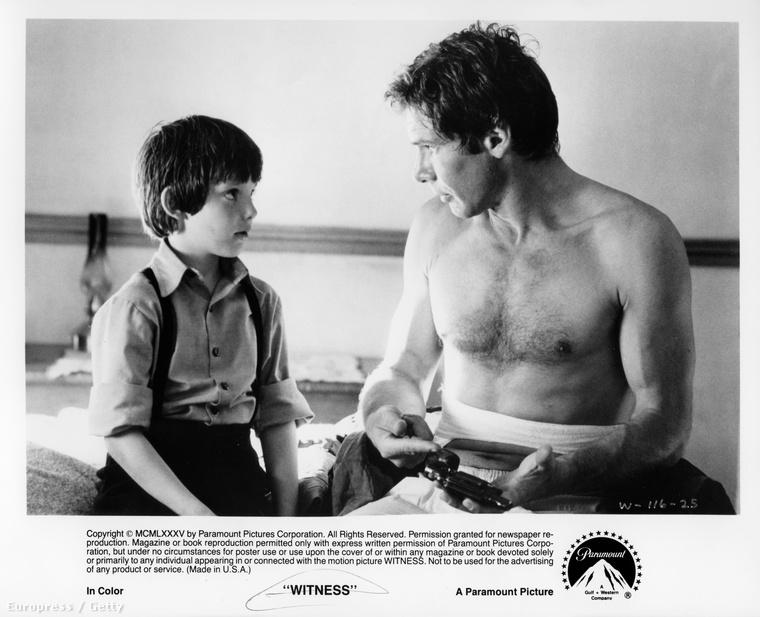 Harrison Ford abban az évben a Witness című filmben játszott, Lukas Haasszal beszélget a képen félmeztelenül