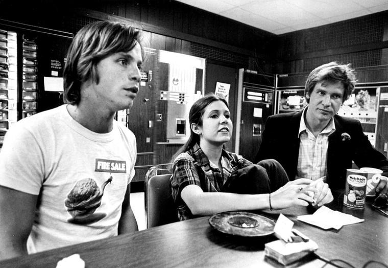 Luke Skywalker, Han Solo és Leia hercegnő lazulnak a forgatási szünetben