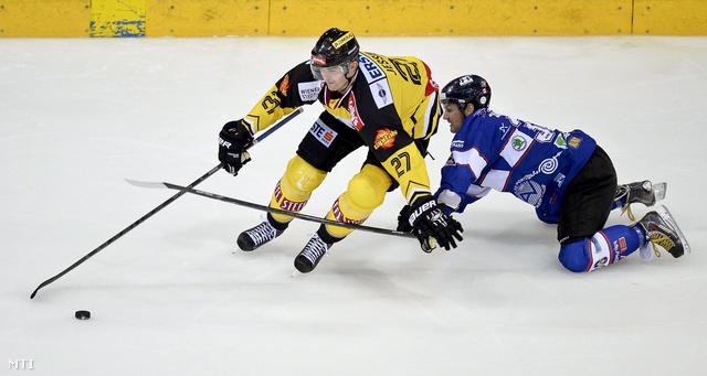 Frank Banham a Fehérvár AV19 (j) és Hugh Jessiman az osztrák Vienna Capitals játékosa (b) az első osztályú osztrák jégkorongbajnokság második fordulójában