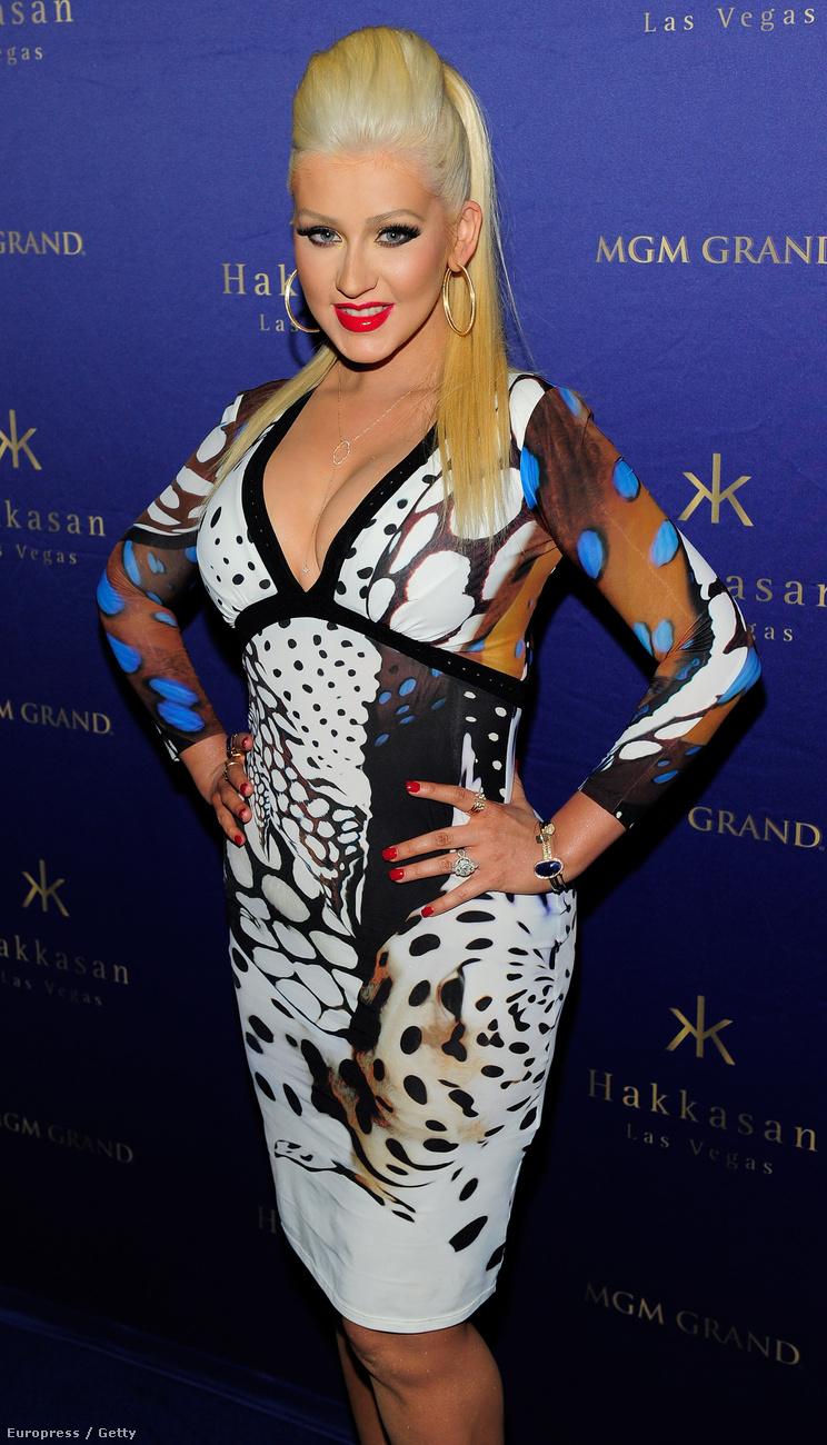 Christina Aguilera az MGM Grand kaszinóban található Hakkasan nevű szórakozóhely bulijára érkezett az itt látható, finoman szólva sem kifejezetten a jó ízlésről tanúskodó összeállításban.