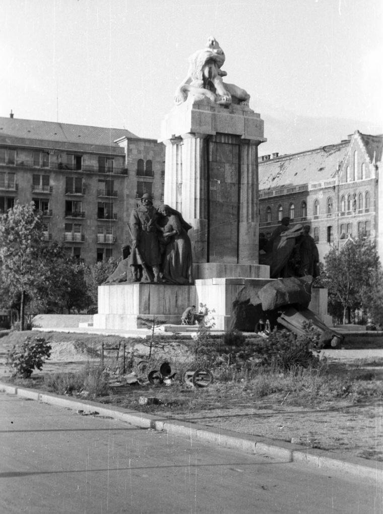 Az arcára döntött Tisza-szobor, háttérben az Országház gépháza és bérháza