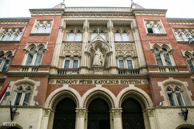 Szentkirályi utcaOké, a Pázmány jogi karának épülete annyira nem nagy szám, A Szentkirályi utcában bármikor elsétálhat előtte, de az egyik termet biztos, hogy még nem látta