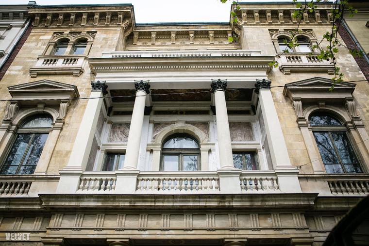 Ádám-palotaÁdám Károly palotájának homlokzata már csak azért is érdekes, mert végre nem takarja az első emeleti loggiát zöld háló